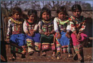 Niñas tepehuanas descendientes del primer hombre creado por el dios Sol.