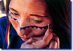 Mujer India Pintandose