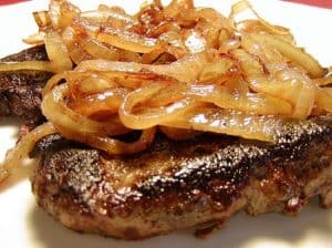 Un sabroso bistec de hígado encebollado
